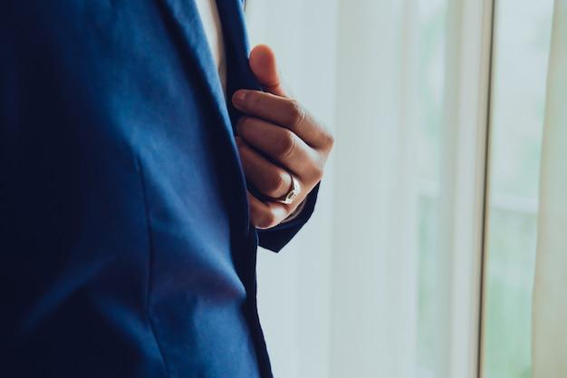 Der bräutigam im ring Premium Fotos