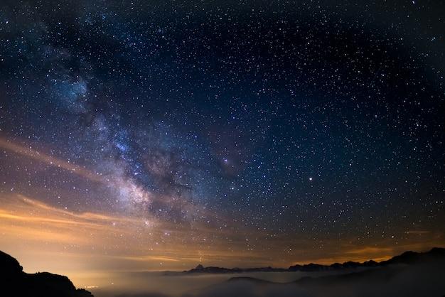 Der bunt leuchtende kern der milchstraße Premium Fotos