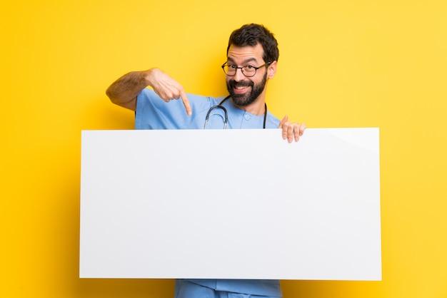 Der chirurgdoktormann, der ein plakat für hält, fügen ein konzept ein Premium Fotos