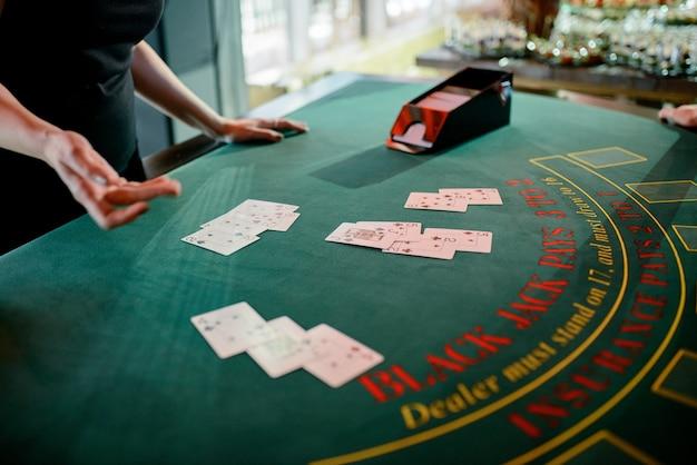 Der dealer verteilt chips im casino. Premium Fotos