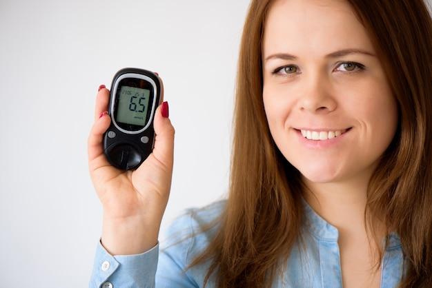 Der diabetiker misst den glukosespiegel im blut. diabetes-konzept. diabetiker liefert auf einem weißen hintergrund. Premium Fotos