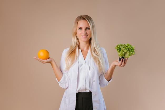 Der ernährungsberater hält obst und gemüse Premium Fotos