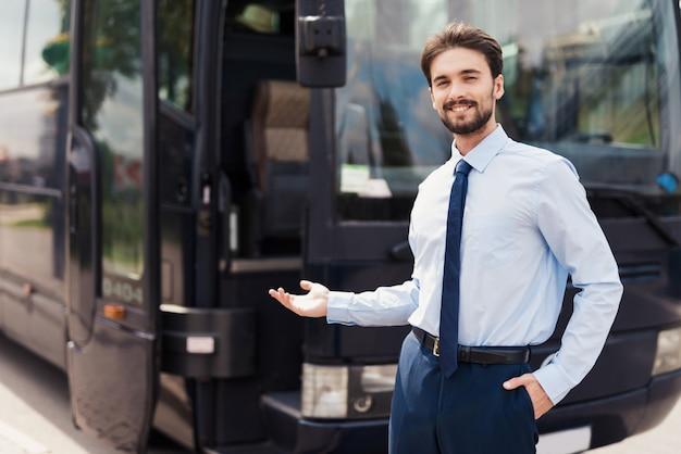 Der fahrer lädt zu einer busreise ein. Premium Fotos