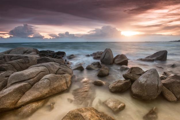 Der felsen und das meer in der farbe der sonnenuntergangzeit. Premium Fotos