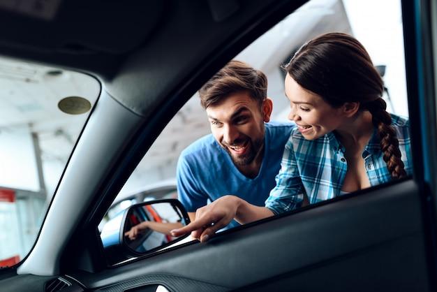 Der fürsorgliche mann gab dem mädchen ein neues auto. Premium Fotos