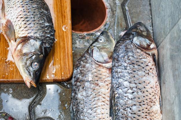 Der gefangene sklave liegt auf der straße, bevor er schneidet und kocht. Premium Fotos