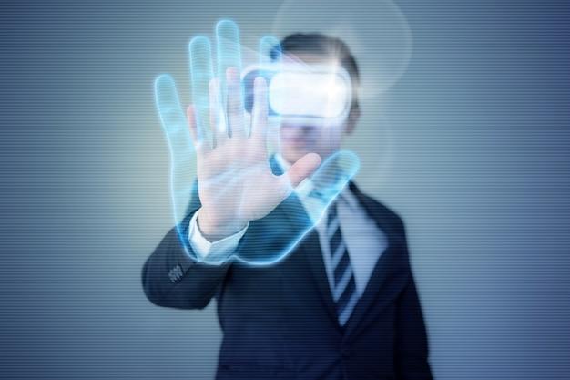 Der geschäftsmann, der einen vr-virtual-reality-brillen-kopfhörer trägt, erreicht seine hand, um die fingerabdruckauthentifizierung zu verwenden Premium Fotos