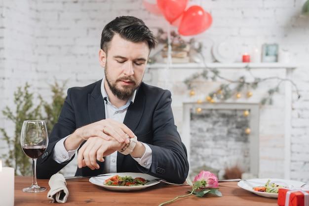 Der gestresste mann wartet auf ein spätes datum Kostenlose Fotos