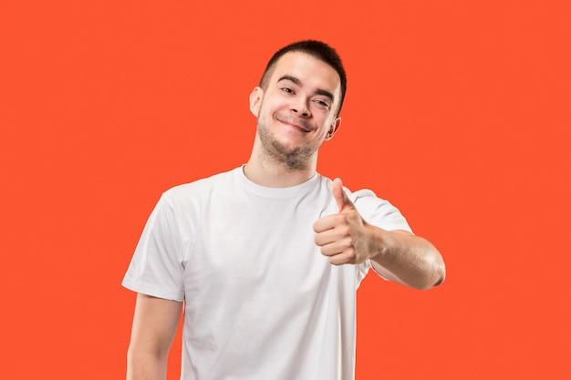 Der glückliche geschäftsmann, der gegen rot steht und lächelt. Kostenlose Fotos