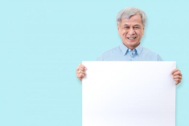 Der glückliche großvater, der mit den weißen zähnen lächelt, genießen moment und das halten eines leeren brettes. Premium Fotos
