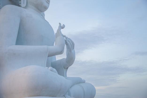 Der große weiße buddha wird vom buddhisten respektiert. Premium Fotos