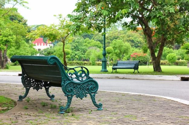 Der grüne park der bank öffentlich. Premium Fotos
