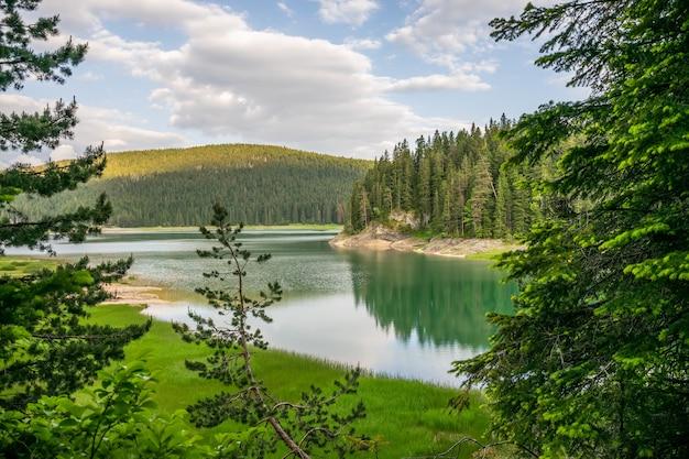 Der herrliche schwarze see liegt im nationalpark durmitor im norden montenegros. Premium Fotos