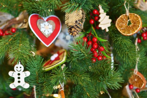 Der hintergrund jedoch unscharf weihnachtsbaum Premium Fotos
