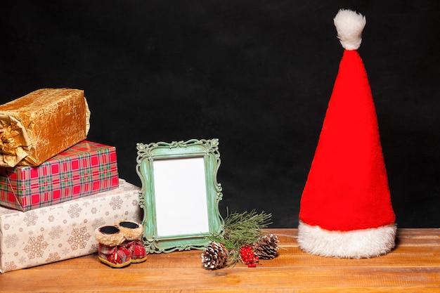 Der holztisch mit weihnachtsschmuck und geschenken. weihnachtskonzept Kostenlose Fotos