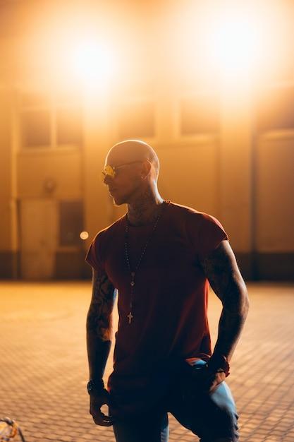 Der junge, attraktive mann posiert nachts vor der kamera Kostenlose Fotos
