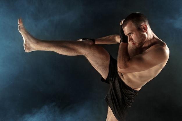 Der junge mann kickboxen Kostenlose Fotos