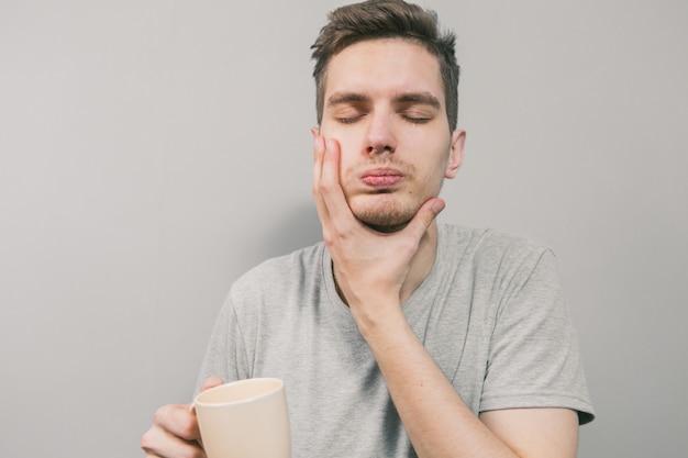 Der junge mann zeigt verschiedene emotionen Premium Fotos
