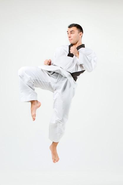 Der karate-mann mit schwarzem gürtel Kostenlose Fotos