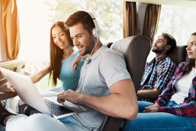 Der kerl arbeitet an einem laptop im bus Premium Fotos