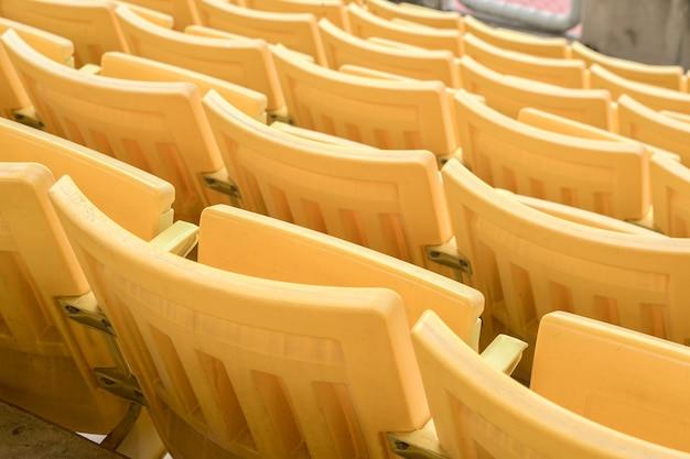 Der leere alte sitz wurde im stadion verlassen Premium Fotos