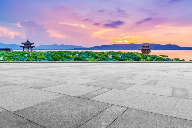 Der leere marmorboden mit schönen landschafts- und himmelwolken. Premium Fotos