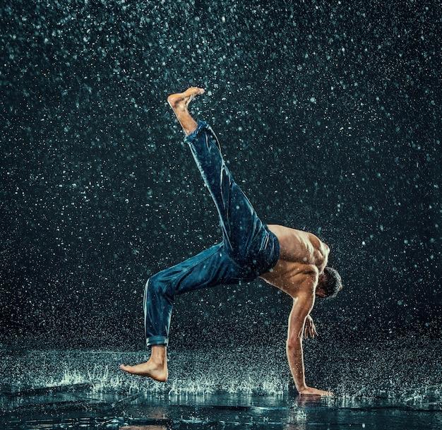 Der männliche breakdancer im wasser. Kostenlose Fotos