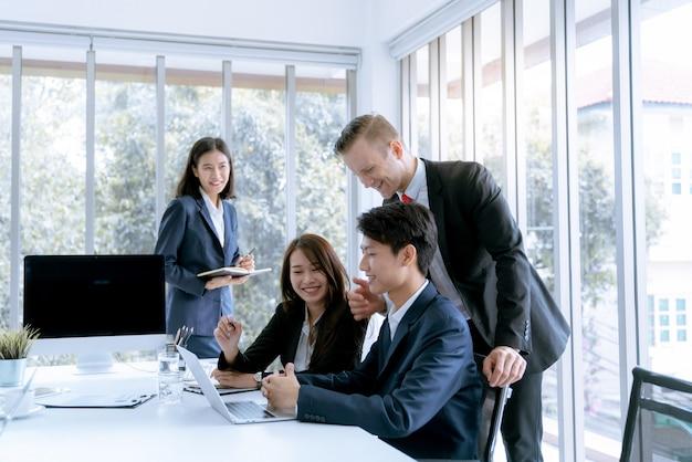 Der manager ermutigte bewunderung büroangestellte, die den arbeitsplan der zielfirma tun können Premium Fotos