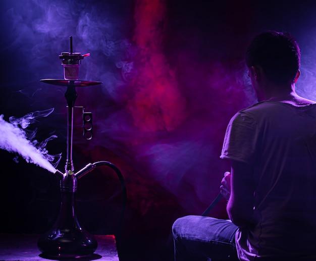 Der mann, der die klassische shisha raucht. Kostenlose Fotos