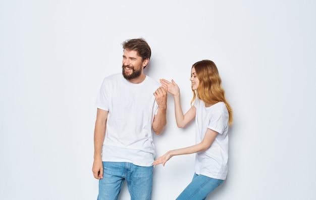 Der mann mit der frau gestikuliert mit seinen händen spaß freunde emotionen modell. Premium Fotos