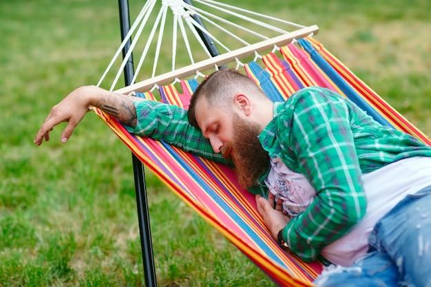 Der mann schläft in einer hängematte Premium Fotos