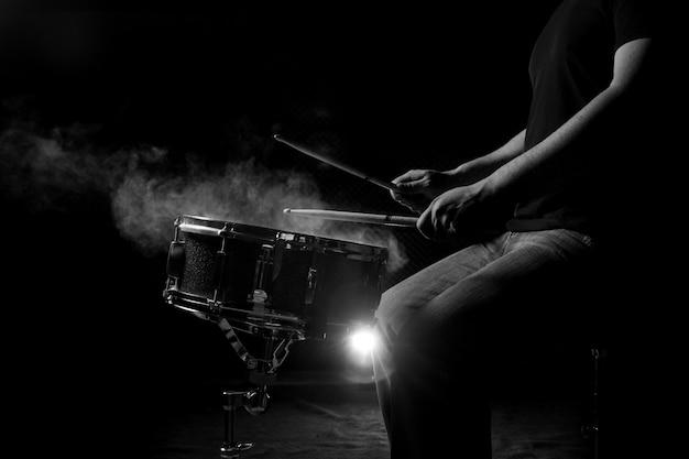 Der mann spielt schlingetrommel. Premium Fotos