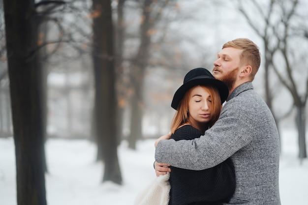 Der mann und das mädchen ruhen sich im winterwald aus. Kostenlose Fotos
