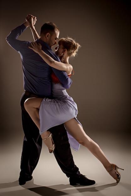 Der mann und die frau tanzen argentinischen tango Kostenlose Fotos