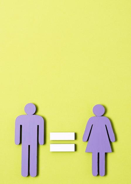 Der mann und frau, die mit gleichheitszeichen zwischen ihnen stehen, kopieren raum Kostenlose Fotos