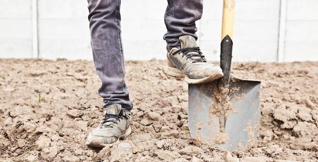 Der mensch gräbt auf seinem landhaus boden Premium Fotos