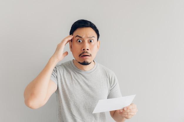 Der mensch ist schockiert und überrascht von der weißen mail-nachricht oder der rechnung. Premium Fotos