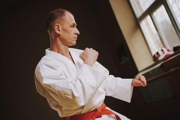 Der mensch lehrt techniken der kung-fu-streiks in der halle. Premium Fotos