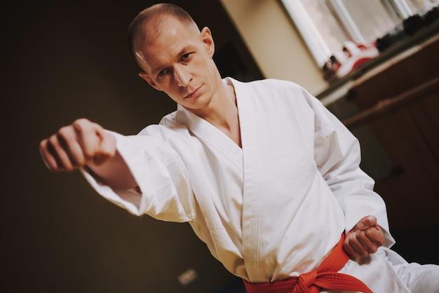 Der mensch lehrt techniken des judo-streiks in der halle Premium Fotos