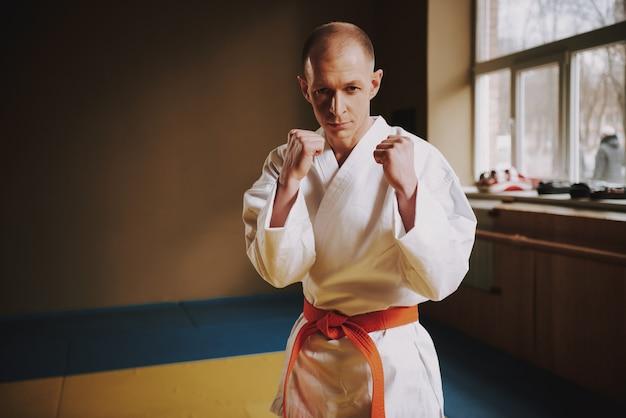 Der mensch lehrt techniken des karate-schlags in der halle. Premium Fotos