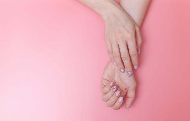 Der nagel einer frau, entworfen mit nagelkunst Premium Fotos