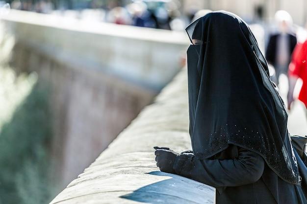 Der niqab ist eine lange tunika, die den körper und den kopf vollständig bedeckt. Premium Fotos