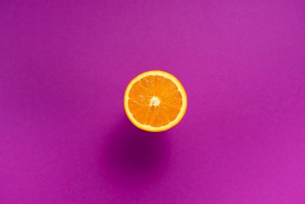 Der orangefarbene hintergrund ist tropical fruit background ultraviolet Premium Fotos
