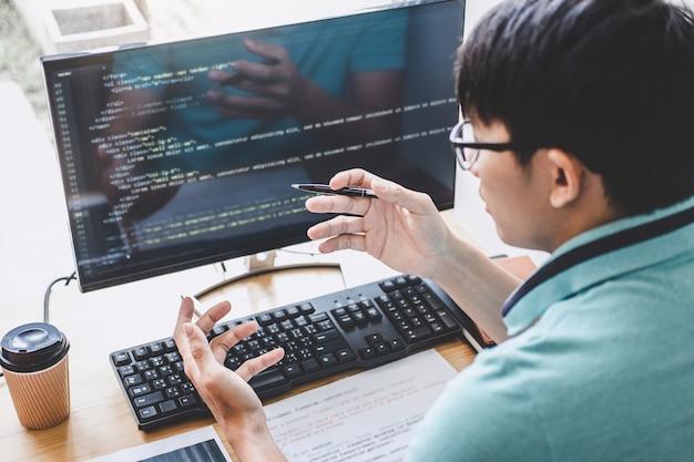 Der programmierer, der an der entwicklung der programmierung und der web site arbeitet, die in der software arbeiten, entwickeln firmabüro Premium Fotos