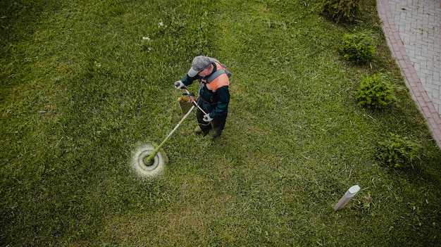 Der rasenmähermann mäht den rasen von oben Premium Fotos