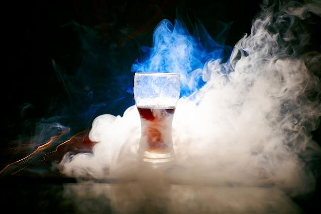 Der rauch der wasserpfeife, gegenstände im rauch Premium Fotos