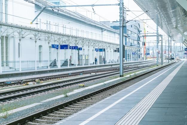 Der regionalzug hat am bahnsteig des bahnhofs angehalten. passagiere gehen auf den bahnsteig Premium Fotos