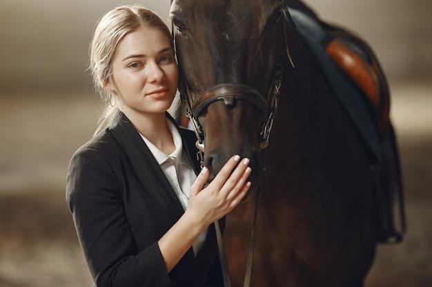 Der reiter trainiert mit dem pferd Kostenlose Fotos