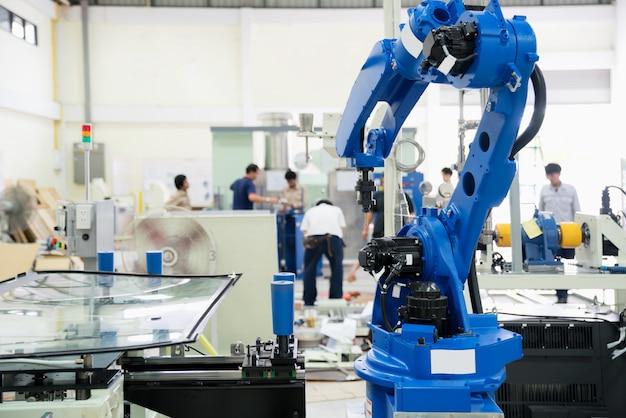 Der roboterglasdichtungswindschutz in der montagefabrik. Premium Fotos