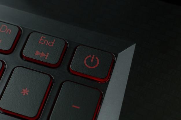 Der rote ein- / ausschalter auf tastaturlaptopbild. Premium Fotos